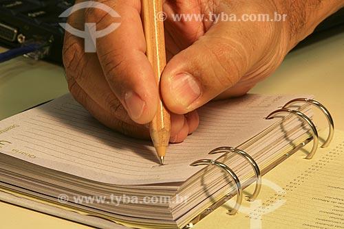 Assunto: Mão escrevendo em uma agenda / Local: Rio de Janeiro (RJ) / Data: 13 de Novembro de 2008