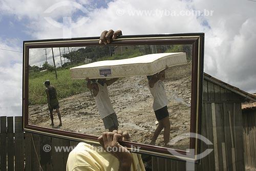 Assunto: Reflexo de pessoas carregando colchão / Local: Marabá - Pará (PA) / Data: 2004