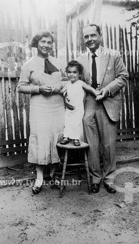 Assunto: Criança com seus pais (Maria Evangelina Rodrigues de Almeida com Leticia e Francisco Barbosa Rodrigues / Local: Belém - Pará / Data: anos 30