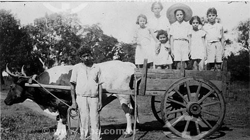 Assunto: Crianças sendo transportadas no carro de boi  (Maria Evangelina Rodrigues de Almeida) / Local: Belém - Pará / Data: anos 30