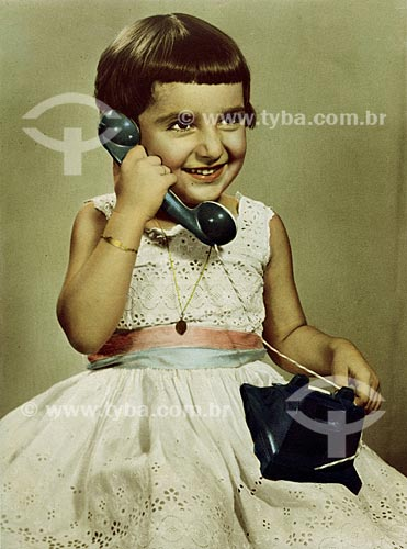 Assunto: Criança brincando de falar ao telefone (Rosângela Reis)Local: Rio de Janeiro - RJData: 1957