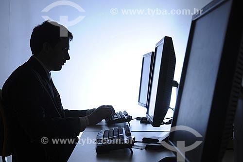 Assunto: Informática - Homem usando Computador / Local: Rio de Janeiro - RJ - Brasil / Data: 01/11/2008