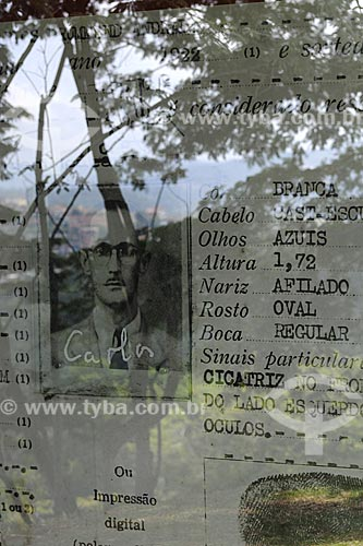 Assunto: Documento de identidade do poeta Carlos Drummond de Andrade com reflexo da cidade de Itabira - Reprodução de foto do Acervo do Memorial Carlos Drummond de Andrade / Local: Itabira - Minas Gerais - Brasil / Data: 25/04/2009