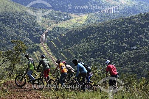 Assunto: Esporte radical, ciclistas fazendo Mountain Bike com estrada de ferro ao fundo - Mirante Alto do Cristo, Morro do Mato da Onça / Local: Itabirito - Minas Gerais (MG) - Brasil / Data: 18-04-2009