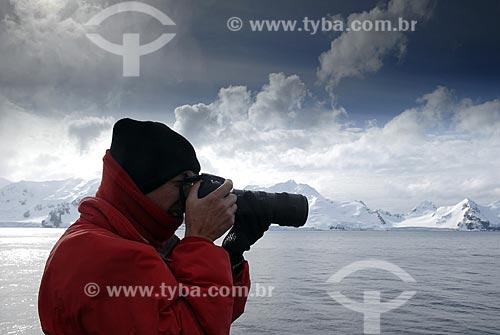 Assunto: Fotógrafo. Vista da Ilha Livingston, segunda maior das Ilhas Shetland do Sul / Local: Península Antártica / Data: 11 / 2008