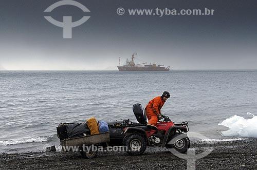Assunto: Quadriciclo usado na Estação Antártica Comandante Ferraz para transporte de pessoal e carga / Local: Baía do Almirantado - Península Antártica / Data: 11 / 2008