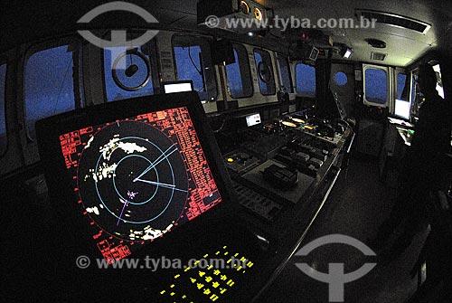 Assunto: Passadiço do Navio Oceanográfico Ary Rongel; local onde se comanda e manobra o navio e seus instrumentos de navegação. Timoneiro em ação / Local: Mar de Drake - Hemisfério Sul / Data: 11/2008