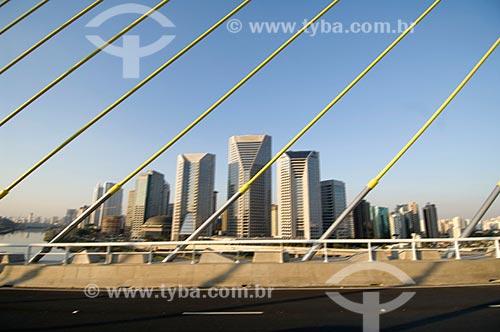 Assunto: Ponte Octavio Frias de Oliveira (2008) com os prédios da Av. das Nações Unidas ao fundo / Local: São Paulo (SP) - Brasil / Data: 05/2008