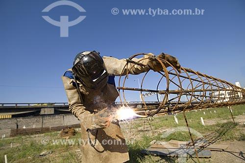 Assunto: Operários soldando vergalhões para construção civil em São Cristóvão / Local: São Cristóvão - Rio de Janeiro (RJ) - Brasil / Data: 2008