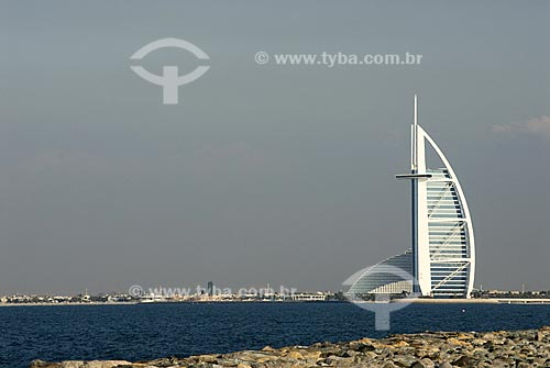 Hotel Burj Al Arab (321 metros de altura) - Construído em forma de vela enfunada - Construído em ilha artificial em frente a praia de Jumeirah - Dubai - Emirados Árabes Unidos
