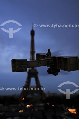 Assunto: Performance com o protótipo (réplica) do avião 14 BIS criado por Santos Dumont em Paris / Local: Paris - França / Data: Maio 2009