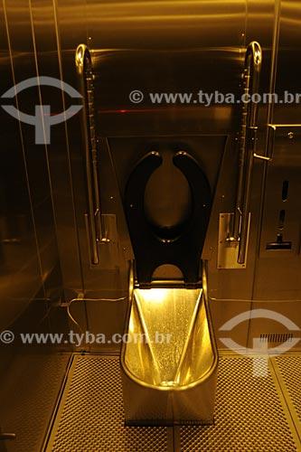 Assunto: Vaso sanitário de metal em banheiro público / Local: Delft - Holanda / Data: Maio 2009