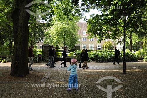 Assunto: Pessoas caminhando na cidade de Delft / Local: Holanda / Data: Maio 2009