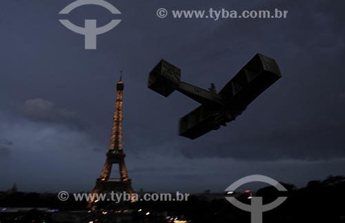 Assunto: Performance com o protótipo (réplica) do avião 14 BIS criado por Santos Dumont em Paris /  Local: França / Data: Maio 2009