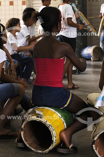 Assunto: Guarará, tambor usado nas Bandas de Congo ( manifestação folclórica ) - Projeto Congo na Escola - Escola Francisco Lacerda de Aguiar /Local: Ilha das Caieiras - Vitória - ES /Data: Março de 2008