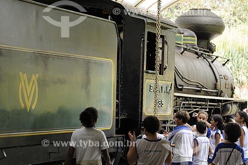 Assunto: Estudantes visitando uma locomotiva histórica conhecida como Maria Fumaça no Museu Ferroviário /Local: Vila Velha - ES /Data: Março de 2008