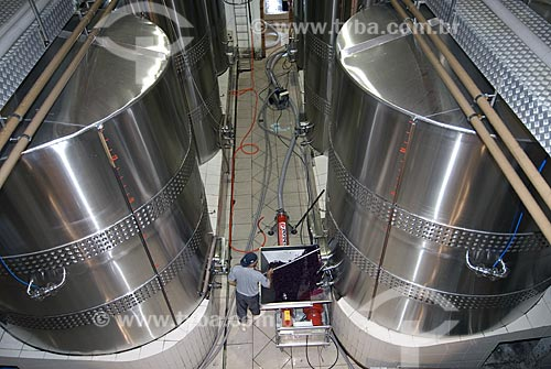 Assunto: Retirada do bagaço das uvas do tanque de fermentação / Local: Bento Gonçalves - Rio Grande do Sul - Brasil / Data: 02/2008