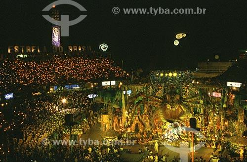 Assunto: Festival Folclórico de Parintins - Torcida acende velas durante a aparição de uma tarântula gigante na apresentação do boi Caprichoso / Local: Parintins - Amazonas (AM) - Brasil / Data: Julho de 2005