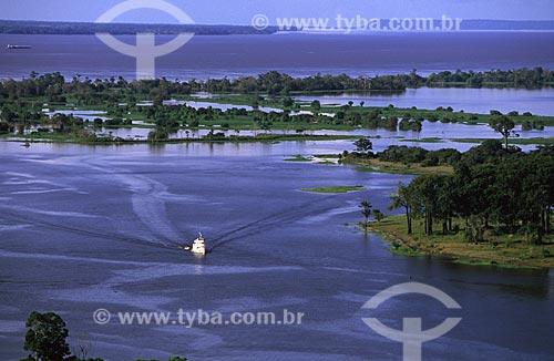 Assunto: Barco turístico entre os lagos da ilha Tupinambarana - Ao fundo o rio Amazonas / Local: Parintins - Amazonas (AM) - Brasil / Data: Março de 2009