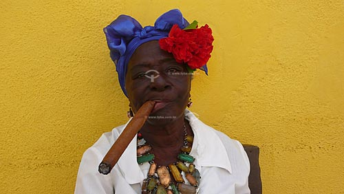 Assunto:  Typical cuban woman smoking a cigar / Local: Havana - Cuba / Date: outubro 2009