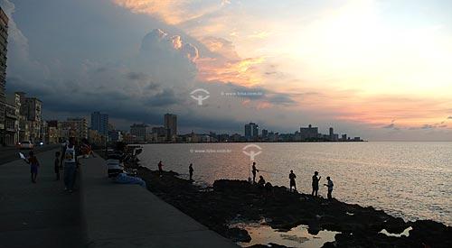 Assunto: Pescadores no Malecón no pôr do sol / Local: Havana - Cuba / Date: outubro 2009