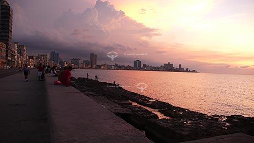 Assunto: Pessoas no Malecón vendo o pôr do sol / Local: Havana - Cuba / Data: outubro 2009