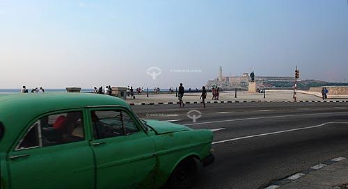Assunto:  Carro verde antigo (anos 50) no Malecón com o Castelo de San Salvador de la Punta ao fundo / Local: Havana - Cuba / DAta: outubro 2009