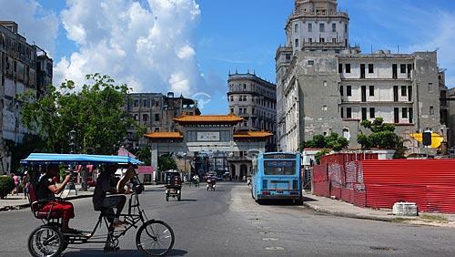 Assunto: Triciclos diante do portal da comunidade japonesa em Havana / Local: Havana - Cuba / Data: outubro 2009