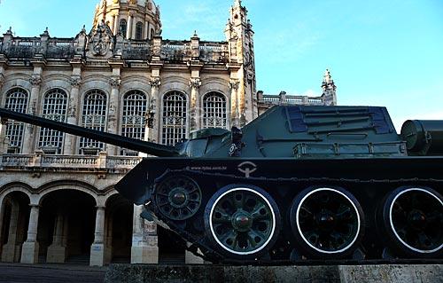 Assunto: Tanque usado pelos revolucionários cubanos para entrar vitoriosos em Havana em 1959 com atual Museu da Revolução, ex-palácio de Fulgêncio Batista ao fundo / Local: Havana - Cuba / Date: outubro 2009