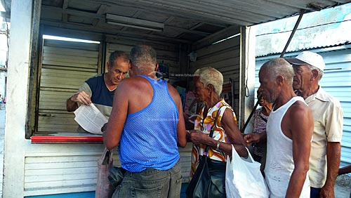 Assunto: Cubanos fazendo fila para comprar jornal  / Local: Havana - Cuba / Date: outubro 2009