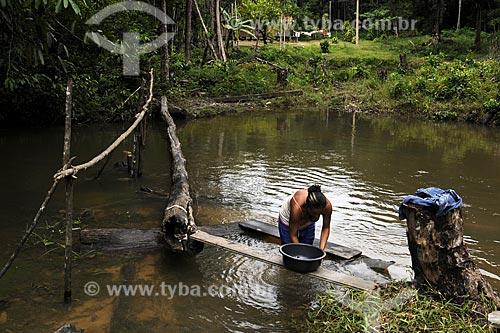 Assunto: Suzana Figueira (licenca 40)lavando roupa no igarape do territorio quilombola de Santa Maria do Traquateua/ Local: Moju - Pará - Brasil / Data: 02-04-2009