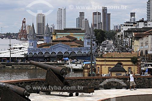 Assunto: Canhões do Forte do Presépio em primeiro plano com Mercado de Peixes no Ver o Peso, o porto e prédios ao fundo / Local: Belém - Pará - Brasil / Data: 05-05-2009