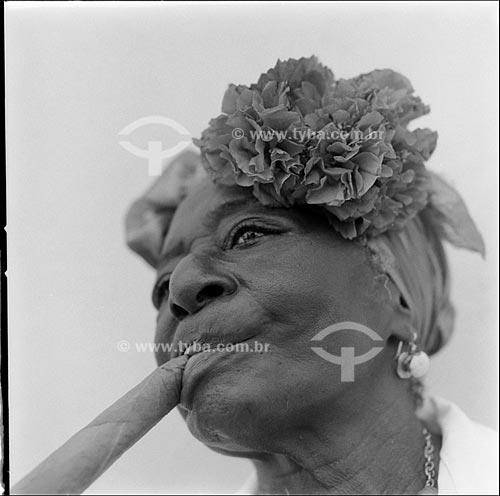 Assunto: Típica mulher cubana fumando charuto (Esperanza, 72 anos) na Praça da Catedral /   Local: Havana - Cuba /  Data: outubro 2009