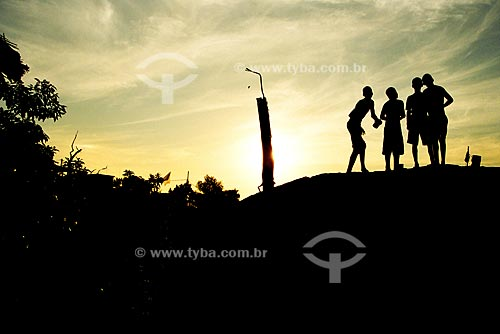 Assunto: Meninos empinando pipa ao pôr-do-Sol / Local: Morro do Preventório, Charitas, Niteroi - RJ / Data: Agosto de 2003