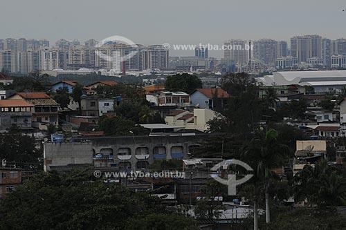 Assunto: CIEP em Curicica, com o Hospital Sarah e prédios da Barra da Tijuca ao fundo  / Local:  Curicica - Rio de Janeiro - RJ  / Data: 27/07/2009