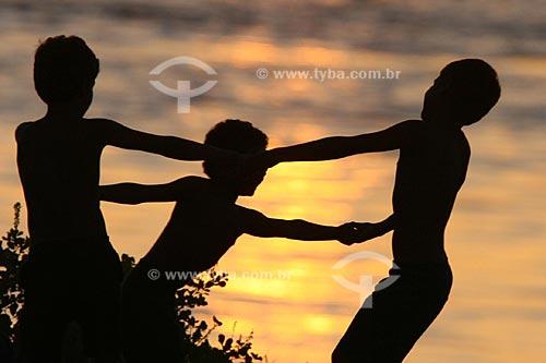Assunto: Crianças brincando de roda  / Local:  Rio Amazonas, Manaus, Amazonas (AM) - Brasil  / Data: 15/03/2005