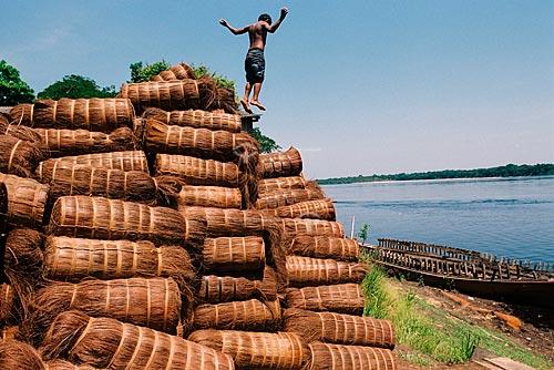 Assunto: Criança brincando sobre fardos de Piaçava, na beira do Rio Amazonas  / Local:  Rio Amazonas - Amazonas (AM) - Brasil  / Data: 29/09/2009