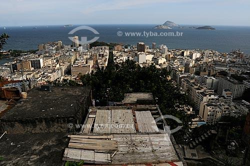 Assunto: Morro Pavão Pavãozinho com prédios do bairro de Ipanema e Ilhas Cagarras ao fundo / Local: Rio de Janeiro / Data: outubro 2009