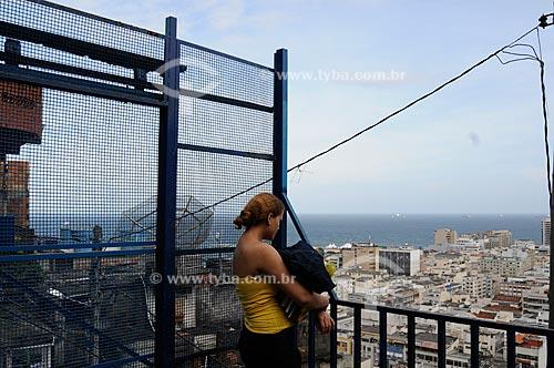 Assunto: Mulher na plataforma de embarque do Plano Inclinado do Morro do Cantagalo  / Local:  Copacabana - Rio de Janeiro  / Data: 10/2009