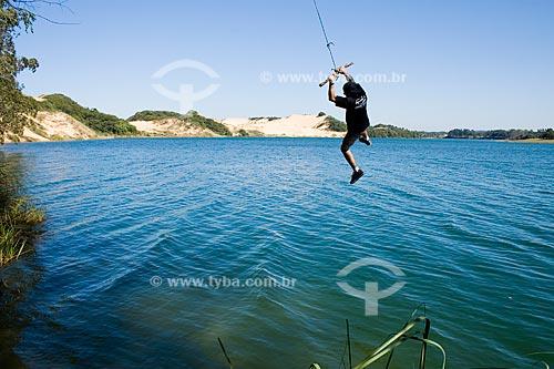 Assunto: Homem jovem balançando sobre a Lagoa do Arroio Corrente  / Local:  Jaguaruna - Santa Catarina (SC) - Brasil  / Data: 16/08/2009