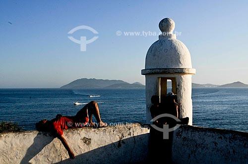 Assunto: Turistas junto à Torre de guarda no Forte São Mateus (século 17) /Local: Cabo Frio - Região dos Lagos - Costa do Sol - Rio de Janeiro / Data: 11-2009