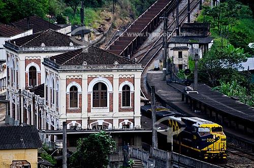 Trem da MRS carregado de minério passando pela Estação Ferroviária de Engenheiro Paulo de Frontin, inaugurada em 12 de julho de 1863  - Engenheiro Paulo de Frontin - Rio de Janeiro - Brasil