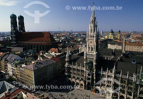 Assunto: Vista de Frauenkirche (Catedral de Nossa Senhora Bendita) à esquerda e do Neues Rathaus (Nova Câmara Municipal) à direita, em Munique / Local: Alemanha