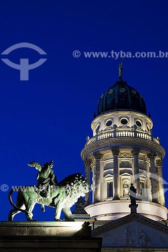 Assunto: Catedral Francesa (Franzosische Dom) vista das escadas do Konzerthaus, na praça Gendarmenmarkt  / Local:  Berlim - Alemanha  / Data: 25/01/2009