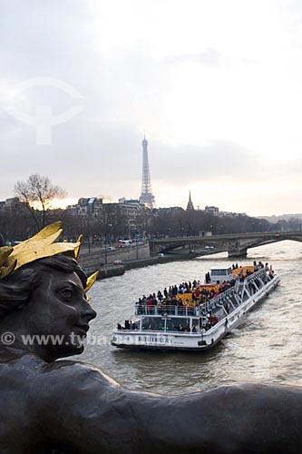 Assunto: A Pont Alexandre III é uma ponte em arco que cruza o rio Sena, conectando o Champs-Élysées, ao Invalides e à Torre Eiffel  / Local:  Paris - França  / Data: 27/01/2009