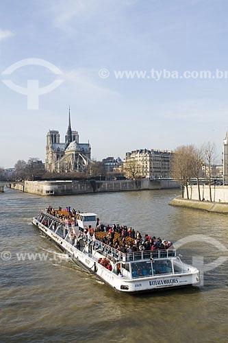 Assunto: Barco turístico no Rio Sena e Catedral de Notre Dame ao fundo  / Local:  Paris - França  / Data: 30/01/2009