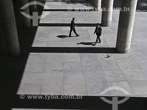 Assunto: Executivos andando em meio às pilastras do Palácio Gustavo Capanema no Centro da cidade  / Local:  Rio de Janeiro - RJ - Brasil  / Data: 2007
