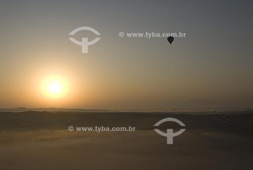 Assunto: Vôo de balão sobre a cidade de Al Ain no deserto. Vista do alto do sol nascendo sobre tapete de nuvens. / Local: Cidade de Al Ain -  Estado de Abu Dhabi  - Emirados Árabes Unidos / Data: Janeiro 2009