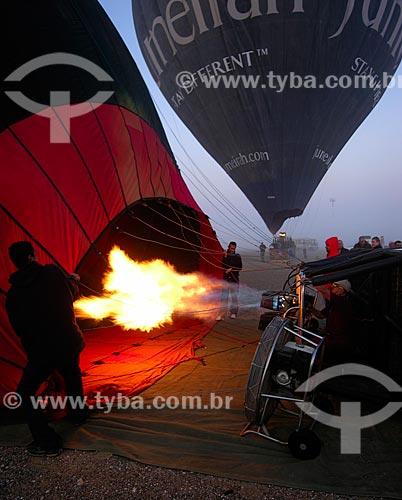 Assunto: Balonismo - Equipe enchendo o balão com ar quente dos maçaricos / Local: Cidade de Al Ain - Estado de Abu Dhabi - Emirados Árabes Unidos / Data: Janeiro 2009