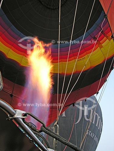 Assunto: Maçarico enchendo balão / Local: Cidade de Al Ain - Estado de Abu Dhabi - Emirados Árabes Unidos / Data: Janeiro 2009